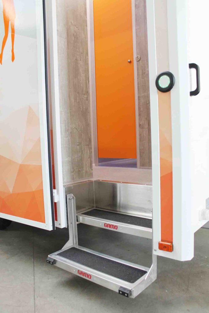 GAMO FTT500 Autark Autonome toiletwagen instaptrapje en toegangskontrole